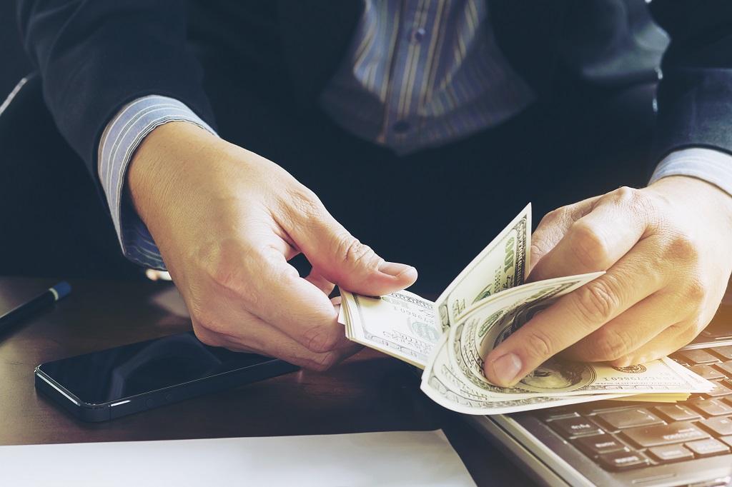 Trabalhador fazendo remessa de dinheiro do exterior para o brasil