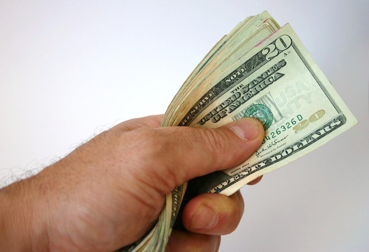 Brasileiros enviam quase US$ 1 Bilhão para o Exterior