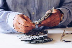 Por que o dólar muda de valor?