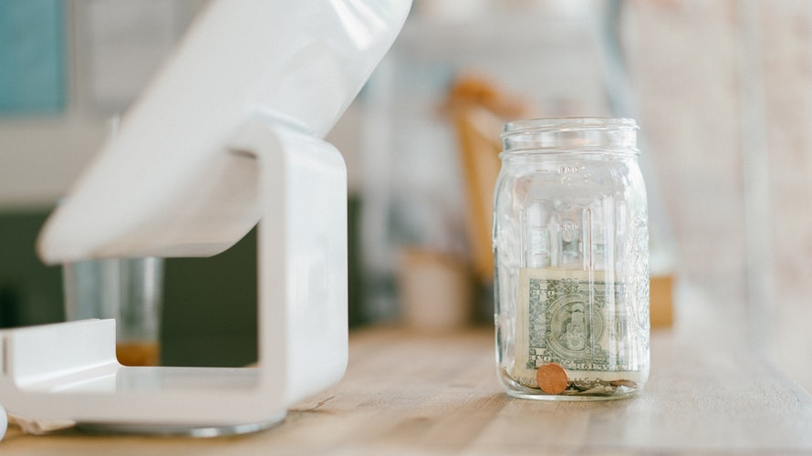Comprar dólar em corretoras de câmbio é a melhor opção para economizar