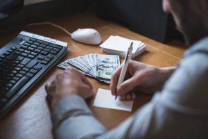 Comprar dólar: quatro dúvidas sobre taxa de câmbio para comprar moeda estrangeira