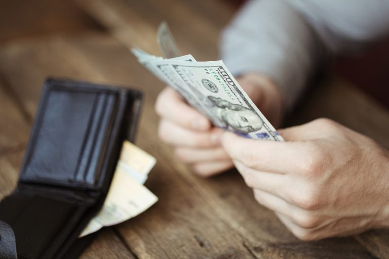 Cliente após adquirir valores de dólar turismo em uma corretora de câmbio especializada em câmbio comercial
