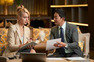 mulher e homem pesquisando e discutindo sobre o cartão VTM